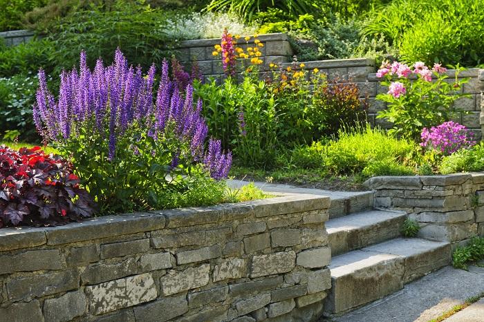 おしゃれな花壇の基本はテーマを明確にすることと雰囲気の統一です。そんなに難しいことではありません。自分の好きなものを集めていれば、自然と統一感は出るもの。自分らしい花壇作りを楽しんでください。