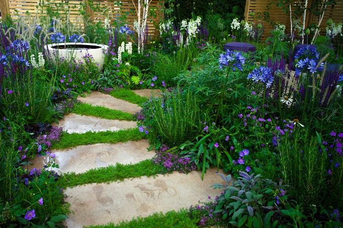 花壇のエッジとは縁や境界のことです。花壇は植物を育てるための場所なので、境界をはっきりとさせておいたほうが安全です。誰が見ても花壇だとわかるようにしておけば、人が入り込んで荒らしてしまう心配もありません。