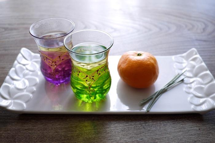 みかんの皮でお茶を煮出します。乾燥させた皮はもちろん、剥きたてのフレッシュの皮でも使用できます。みかんの香り成分リモネンは、乾燥させると減ってしまいます。新鮮なみかんの皮で煮出したお茶は何とも言えないくらいの芳香です。  材料  みかんの皮 レモングラス(ドライでもフレッシュでも) 水 作り方  小鍋にみかんの皮、レモングラス、水を入れ、弱火にかけます 20分くらいかけてしっかりと香りを移したら出来上がり 入れたては何とも言えない爽やかな香り。冷めてもおいしく飲めます。気分をリフレッシュさせたい時に飲みたいお茶です。