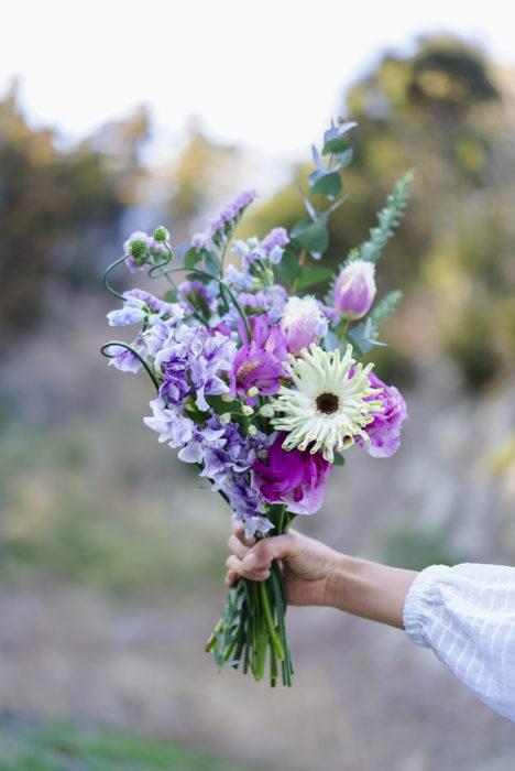 チューリップと合わせるお花 チューリップは存在感がどんどん増していくお花なので、同じ色味で合わせていくと、全体に統一感がでるような気がしています。ピンクのチューリップにはピンク・パープル系のお花を。 今回は、薄紫のスイートピー、アルストロメリア、ピンクのフェノコマ、ホワイトのコワニーを。どんどん大きく咲いていくチューリップを個性豊かなお花達がふわっと包んでくれるようになります。