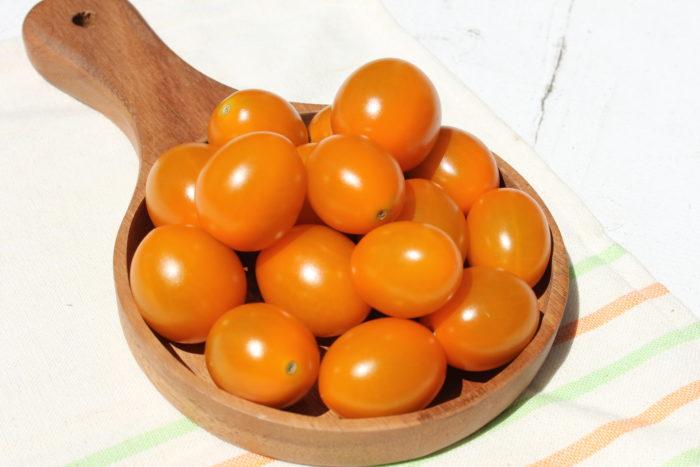 純あまの新しい仲間「純あまオレンジ」は、名前の通りオレンジ色のミニトマト。オレンジトマト特有の臭みがほぼなく、フルーティな味わいを楽しめます。