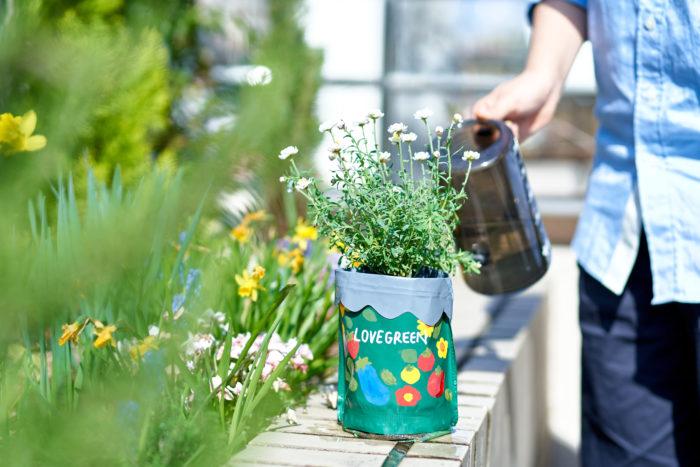 お花を植えてオリジナルの鉢花が完成!