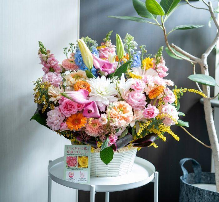 福岡県産の花でつくられたフラワーアレンジメントを、オフィス入り口にも飾りました