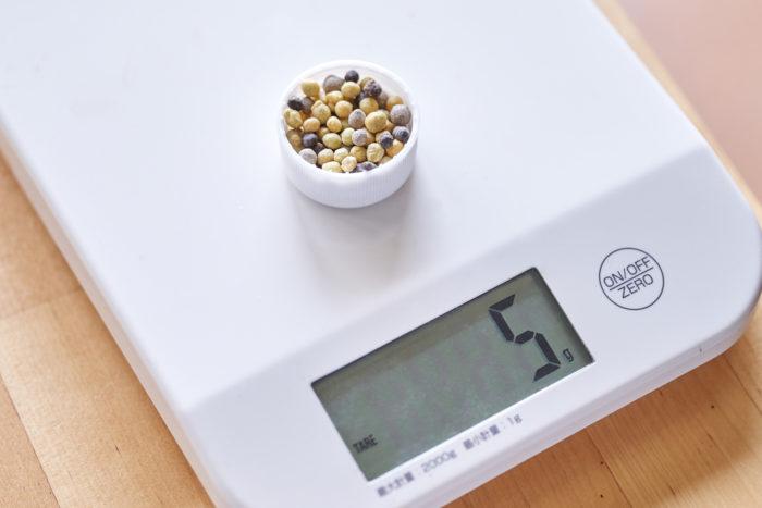 ちなみに、植えつけ時に与える肥料の量は、ミニトマトなら30グラム。ペットボトルの蓋1杯分=約5グラムなので目安の参考にしてみてください。 ※野菜の種類によって肥料の量は変わります。