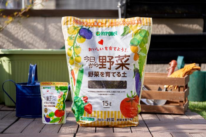 オールマイティに使える家庭菜園用の肥料と土「今日から野菜」はビギナーにもおすすめ。野菜の生育に必要な成分と有機成分をバランスよく配合した肥料は、ゆっくり長く効き続けるのが特長で、ミニトマトなら5株分を育てられる必要十分かつ手軽な容量。赤玉土、鹿沼土、ピートモスといった天然素材や有機原料のみを使用した土は、風で倒れにくいように重たい配合にしているので、プランターがなくても袋のまま育てることもできます。ミニトマトなら1袋で1株分と、ビギナーにも使いやすい容量です。