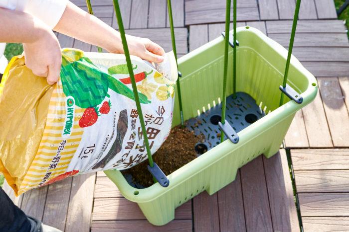 ①野菜用のプランターに「今日から野菜 野菜を育てる土」をいれます。家庭菜園で使う標準的な600サイズのプランターで2袋の土を使いました。