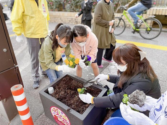 自分たちの街は、自分たちで美しく——。地域のボランティアさんの手によって春を迎える花々の植え込みが今まさに始まっています♪