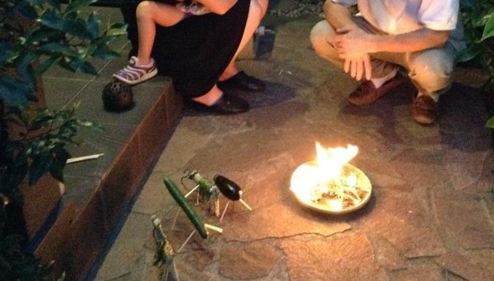 お盆の迎え火とは精霊をお迎えするための灯りです。精霊はこの迎え火を頼りにやってくると考えられています。 お盆の迎え火は玄関前で焚きます。焙烙(ほうろく)と呼ばれる素焼きのお皿の上で、おがら(麻の殻)を燃やします。
