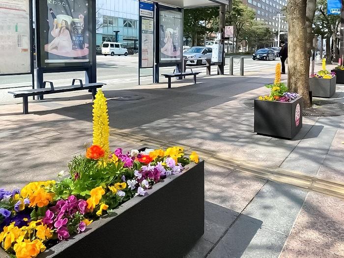 これは、街の花飾りにもつながる話。通りに美しい花が植えられ、こまめに世話がされている街は、それだけ地域のコミュニケーションやネットワークがしっかりしていて、人の目が行き届いていると感じさせます。なにより美しい花を目にすることで、悪いことをするような心理も薄まりそうですよね。