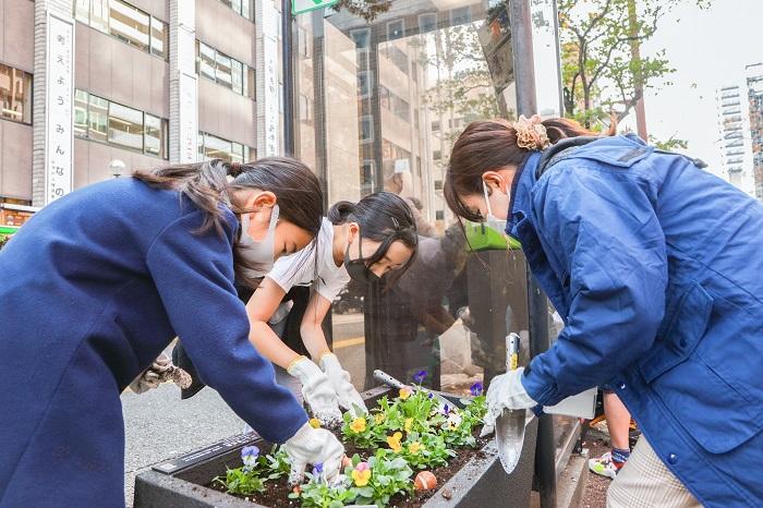 福岡市の新型フラワーポットに、花を植えたり管理をするのは、市内約100団体のボランティアの皆さん。
