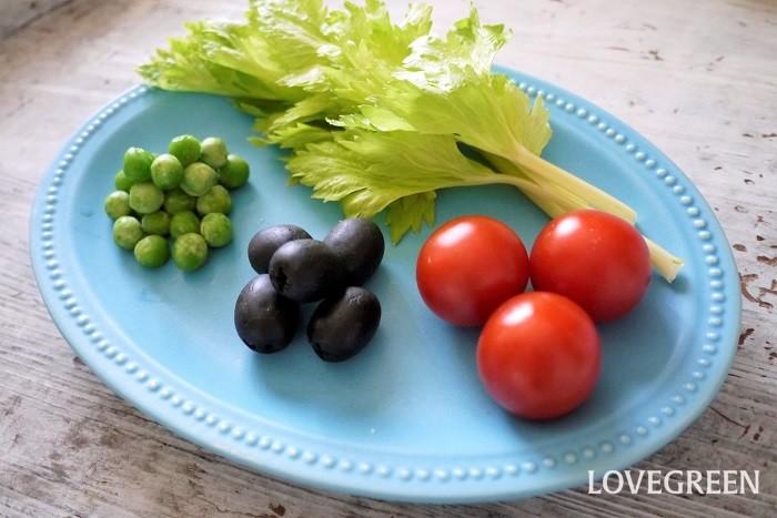 ヴィーガンは完全菜食なので、肉、魚介類、卵、乳製品、つまり植物性食品以外は食べません。動物性製品も身に着けません。  ベジタリアンは菜食という意味です。ヴィーガンはベジタリアンに括ることができますが、ベジタリアン=ヴィーガンではありません。  ベジタリアンの中には、肉は食べないけど魚介類は食べる、肉も魚介類も食べないけど卵、乳製品は食べるなど、いくつかの種類があります。