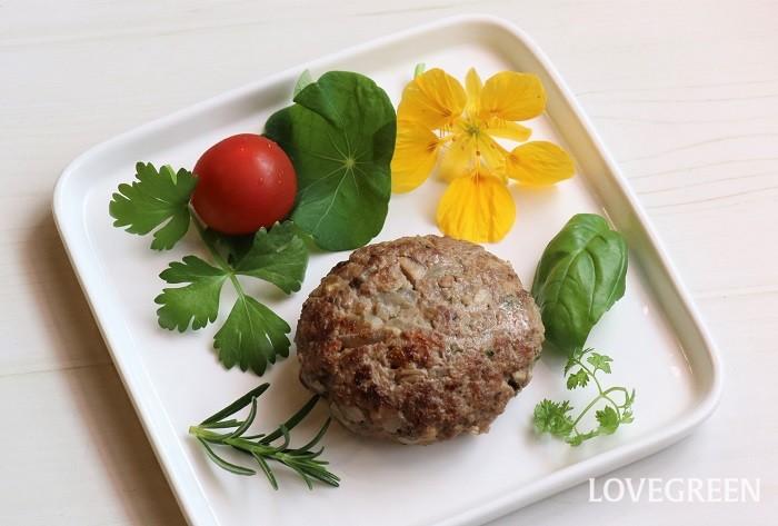 混ぜ込むハーブを少な目にして物足りないときは、ハーブを付け合わせに添えてもいいですね。辛みのあるナスタチウムの花や葉もお肉にぴったりです。