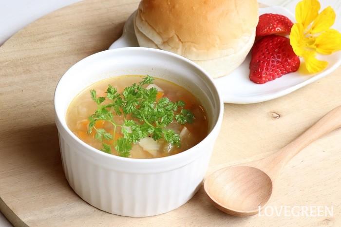 ハーブをさっと洗ってそのままスープの浮き実に。ハーブの一番簡単な使い方です。写真のスープに使っているのはチャービルですが、スープセロリの葉茎も同じように使えます。チャイブを使うときは小口切りに切ると香りが引き立ちます。  野菜スープは、ニンジン、ジャガイモ、セロリ、ベーコンなどをみじん切りにして水とコンソメを入れて煮込み、塩コショウで味を調えるだけ。時間の無い時にもさっと簡単に作れて、ハーブの浮き実をのせたらさらに栄養がとれます。