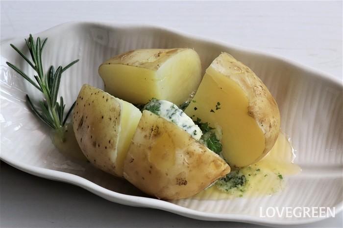 ふかしたジャガイモにハーブバターを乗せたら、ものすごく香りの良いじゃがバターができました。ニンニクも入っているので食欲が増し、いくつでも食べられそうです。