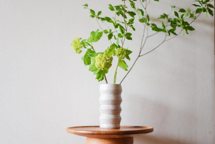 少し土っぽい花瓶に合わせて、ドウダンツツジのような枝物の足元に添えるように飾ってあげても和のテイストで楽しめます。