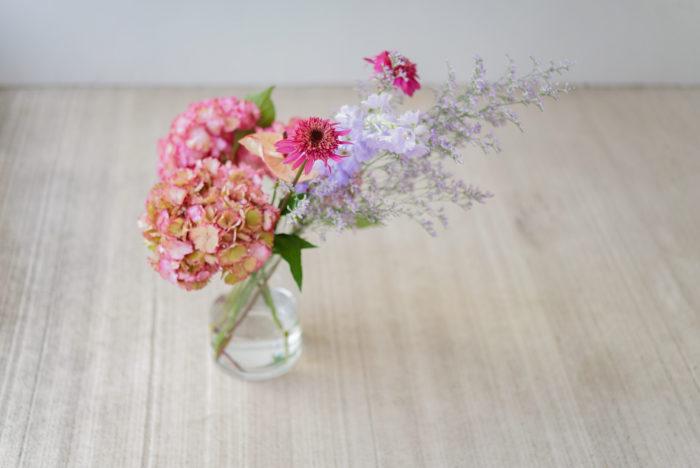 紫陽花を切り花で飾るなら、大きくてボリュームがあるので、他の草花となじみやすいように紫陽花の色に合わせて同系色のお花でまとめるのがオススメです。