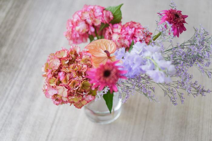 ただ、お花屋さんでは鉢物以外はなかなか出回らないことも多く、あっても少し高めの値段設定になっていることも多くあります。  種類によってはドライフラワーになるものも多いので、もし見つけたら思い切って1輪でも飾って長く楽しんでもらいたいお花です。