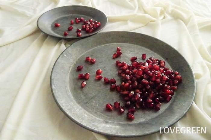 宝石のように美しいザクロ(柘榴)の実は、そのまま食べても十分に甘さと瑞々しさ、それから食感を楽しめる果物です。でもせっかくですからこの果実の美しい色を活かして、目にもおいしい一品にしてみましょう。