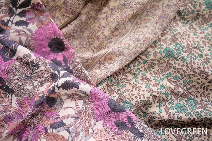 ボタニカル柄とは、植物をモチーフにした図柄のことです。衣類の他にカーテンやベッドカバーなどのリネン類、壁紙などさまざまなところで使用されます。  可憐な小花柄も、モンステラなどの大きな葉の柄も、可愛らしいベリー類の柄もすべてボタニカル柄です。それぞれを花柄やフルーツ柄などと区別するのではなく、植物がモチーフであればすべてボタニカル柄と呼びます。  ボタニカル柄は老若男女問わず人気があります。色のきれいなボタニカル柄のアイテムは見ているだけで楽しい気分になれます。