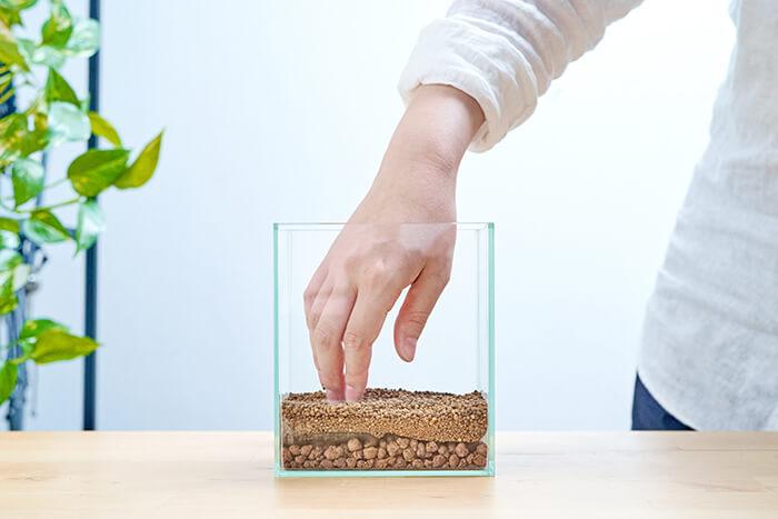 さらにその上に水草が根を張りやすいベースソイルを入れて3層の土壌が完成。