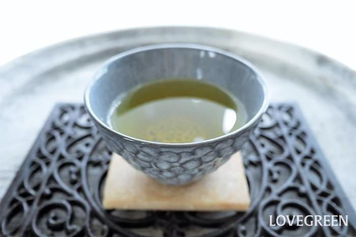 ジャスミン茶とは、緑茶にジャスミンの花の香りを移したお茶のことです。ジャスミンの花だけを煮出したものではありません。ジャスミン茶は花茶の女王とも呼ばれるほど香りが良いのが特徴です。  ジャスミン茶の製法は、早朝に花が開ききる前の状態をていねいに摘み取り、茶葉に香りを移したのち花は取り除かれます。ジャスミン茶の茶葉にジャスミンの花が入っていないのはこのためです。花茶として楽しむために、後から乾燥させた花を混ぜていることもあります。  ジャスミン茶の楽しみ方は、何と言ってもその香り。たまにはきちんと急須で入れてみませんか。しっかりと蒸らして湯気から登る香りまで楽しみましょう。