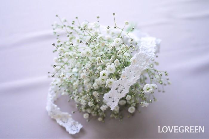 かすみ草は小花がふわっと群れるように咲く姿が美しい花です。そのためかすみ草だけで花束を作ろうと思うと、少し難しいもの。なんだか間が抜けたような印象になってしまいがちです。  かすみ草のみでブーケを作るなら、枝の分岐点で上手に分けて花を集中させるように作るとうまくいきます。花束を上から眺めて花と花の隙間を減らして花の密度を高くするように、花を集めるように組んでいくと見映えのするブーケになります。