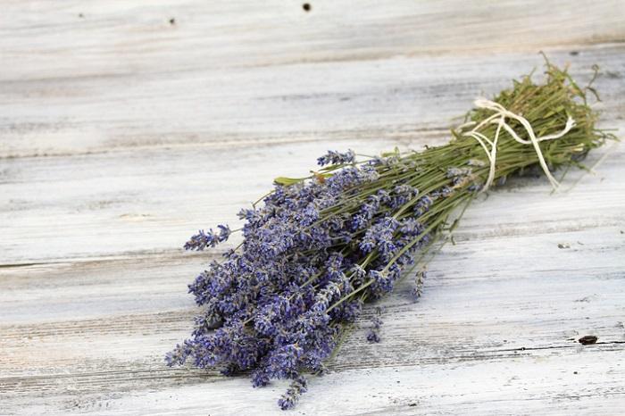 花が終わりの頃に収穫すると、花色が茶色くなり、きれいなドライフラワーにならなかったり、花がポロポロと落ちやすくなります。