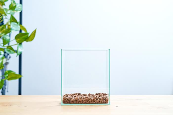 まずは、ガラス水槽に水の淀みをなくすベースサンドを入れます。