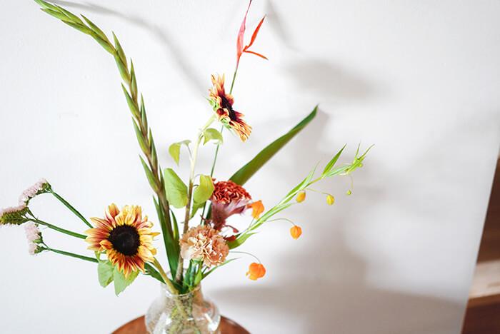 夏場にはグラジオラス、ストレリチア、ケイトウ、サンダーソニアなど、ユニークな姿の花も多く出回ります。  サンリッチライチのようなひまわりをユニークな姿の花達と合わせると不思議とまとまって、夏っぽいアレンジを作ることができます。