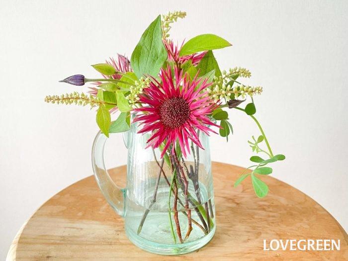 最後に姫リョウブが一番高くなるようにカットし、生けます。花や葉っぱの引っ掛かりやバランスを整えたら完成です!