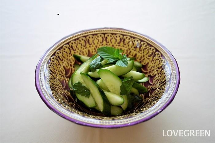 キュウリとミントのサラダ 爽やかな香りのサラダ。きれいなグリーンが目にも涼やかです。  材料 キュウリ1本 ミント2~3枚 塩一つまみ オリーブオイル少々 レモン汁少々 作り方 キュウリは縦半分にし、3~5mmくらいに斜めにスライス キュウリに塩を振り、オリーブオイルとレモン汁で和える ちぎったミントを加えて軽く混ぜ合わせたら出来上がり