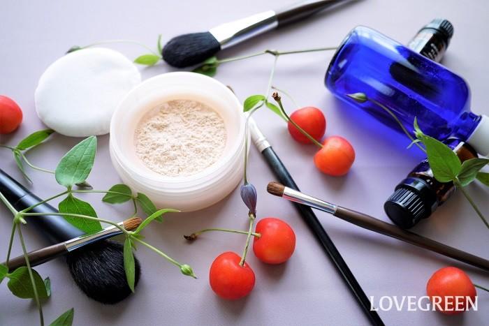 ボタニカルシャンプーとは、植物由来成分が使用されたシャンプーのことです。  ボタニカルコスメとは同じく植物由来成分が使用された化粧品のことです。コスメとは、化粧品という意味の英語であるコスメティック(cosmetic)を略した外来語です。  ボタニカルシャンプーやボタニカルコスメは植物由来の成分が使用されています。敏感肌の方や植物性にこだわりを持っている人に支持されています。  ただし、シャンプーやコスメにおけるボタニカルの使われ方に法的な基準は定められていません。ボタニカルシャンプーやボタニカルコスメといっても100%植物由来のものばかりではないので、気になる場合は成分を確認しましょう。