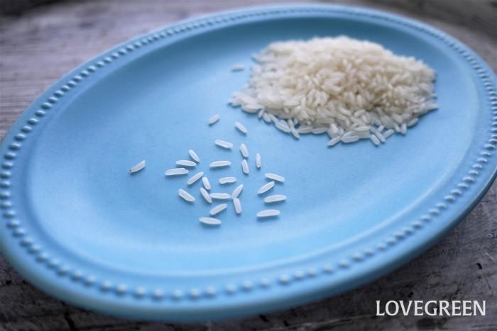 ジャスミンライスとは、タイの限られた水田で作られているインディカ米(長粒米)のことです。別名を香り米とも言います。  ジャスミンライスという名前の由来は、焚きあがった状態がジャスミンの花のように白く美しいからだそうです。 日本のお米に比べて、粘りがなく独特な香りがあるのが特徴です。