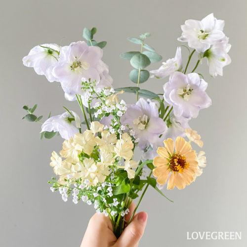 こちらはデルフィニウムをメインにしたあしらい。デルフィニウムを引き立てつつ、全体を明るく華やかな印象にしてくれます。  寄せ植え切り花として花を楽しんだり、ハーブとしても活用できるカラミンサ・ネペタ。いろんな方法で楽しんでみてください。