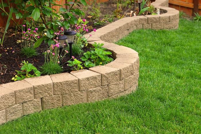 そんな場合は、雑草対策のためにコンクリート舗装や石、レンガ、枕木、天然芝、人工芝などを敷くスペースと、土を残して植物を育てるスペースをはっきり分けると、おしゃれで管理しやすい庭になるのでおすすめです。  専門業者に依頼するか、DIYで作業するかによってかかる費用や出来上がりの雰囲気が変わります。庭は一度作れば長く使えるので、お金をかけて専門業者に依頼するのもいいですし、DIYでゆっくり時間をかけて自分好みの庭づくりをするのもいいですね。
