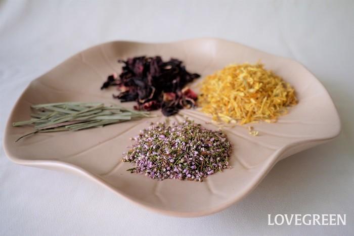 ハーブティーとは、植物の葉や茎、花、果実などを煎じた飲み物です。ハーブは乾燥させたもの、あるいはフレッシュのものを使用します。いわゆるお茶と呼ばれるチャノキ(Camellia sinensis)を使用した緑茶や抹茶、紅茶、烏龍茶などはハーブティーには含まれません。  ハーブティーはチザンとも呼ばれます。これはフランス語のハーブティーを意味する単語チザン(Tisanes)に由来します。