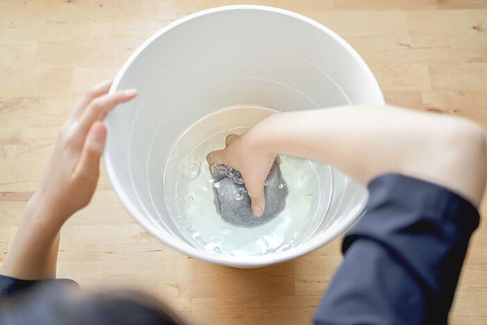 ①まず、マジカルフォームにたっぷりと水を含ませます。バケツがなければ、水道水から直接水を含ませても大丈夫です。