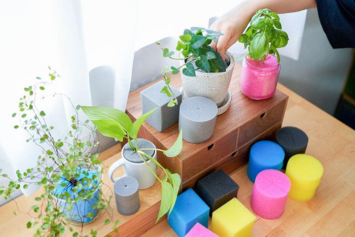 園芸には土は欠かせませんし、良い土を作ることも園芸の楽しみのひとつでもあります。でも一方で、室内やベランダで簡単に、清潔に植物を育てたい方も多いと思います。
